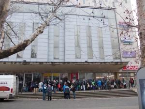 Pécs-Nyugaton, a Mecsek áruház előtt