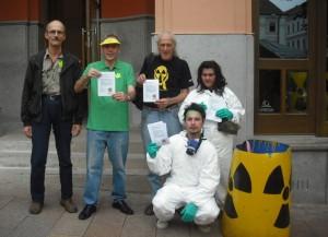 Pécsiek és Greenpeace aktivistái a Nádor bejárata előtt
