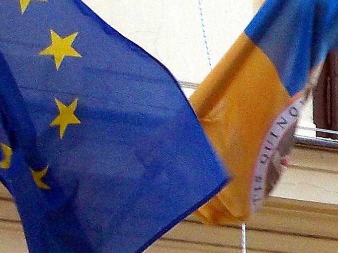 Város és EU zászlája az MH előtt