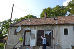Orsós Sándor a lakása ajtaja előtt, jobbra a falon látható a villanyóra