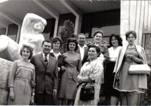 Édesanyám (balról a negyedik, szürkés ruhában) és kollégái pedagógus napon az Olympia étterem bejáratánál, 1965-ben. Az Olympia komplexum Gádoros Lajos építész által tervezett, 1958-60 között épült, szocreál elemekkel díszített modern stílusú étterem és cukrászda volt. A szobor Borsos Miklós alkotása