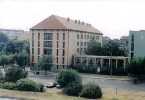 Uránváros, a régi munkásszálló új tetőt kapott és kollégiumként működik, 1998