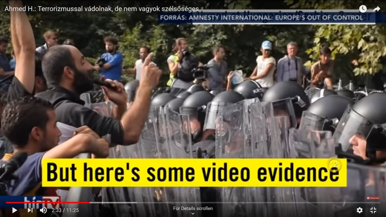 Syrer Ahmed H. redet am Grenzübergang Röszke per Megafon auf die ungarische Bereitschaftspolizei ein.