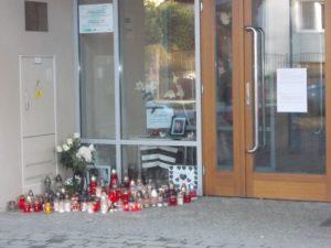 Miroslav-Krzla-Schulzentrum-Eingang_mit_Trauerecke_nah_1024_9768.jpg